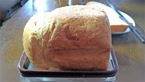 パンスライサーでパンを切る